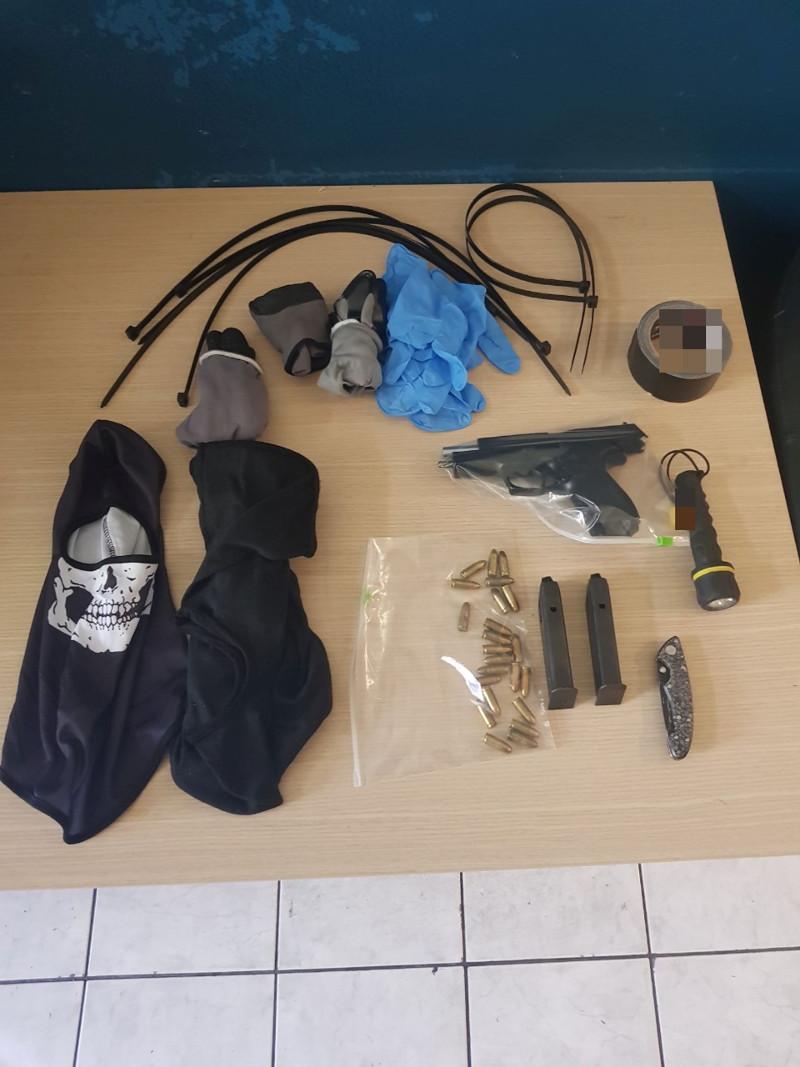 Τα αντικείμενα που βρέθηκαν στην κατοχή του 33χρονου μετά τη σύλληψή του / Φωτογραφία: hcg.gr