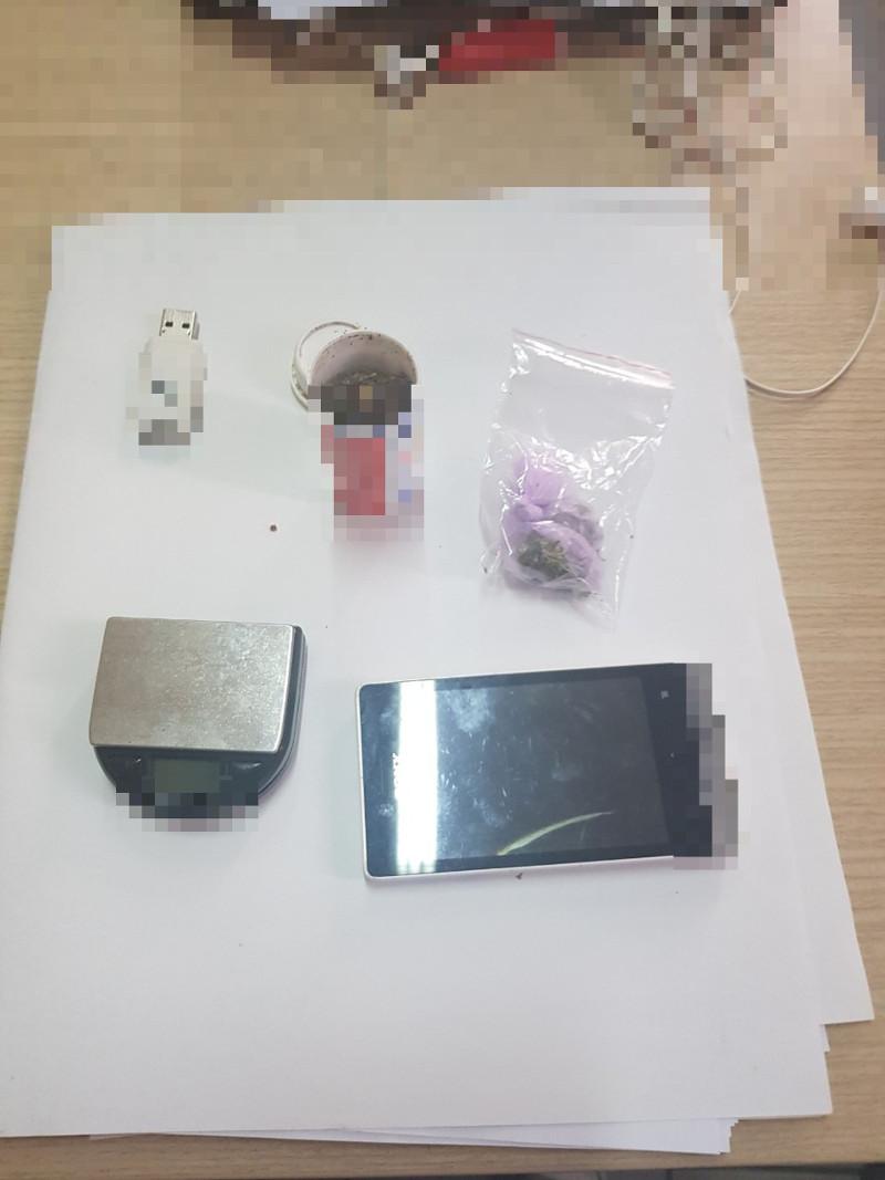 Τα αντικείμενα που βρέθηκαν στην κατοχή του συλληφθέντα / Φωτογραφία: hcg.gr