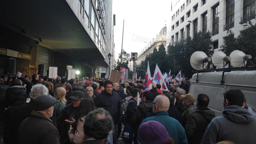 Διαδηλωτές έξω από το υπουργείο Εργασίας σε συγκέντρωση του ΠΑΜΕ για το ασφαλιστικό