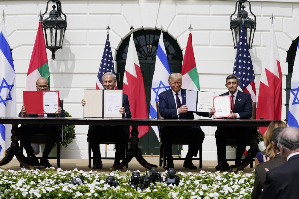 Ο πρωθυπουργός του Ισραήλ Μπενιαμίν Νετανιάχου, ο υπουργός Εξωτερικών Άμπντελ Λατίφ αλ Ζαγιάνι και ο υπουργός Εξωτερικών και Διεθνούς Συνεργασίας Σεΐχ Αμπντάλα μπιν Ζαγιέν αλ Ναχιάν στον Λευκό Οίκο