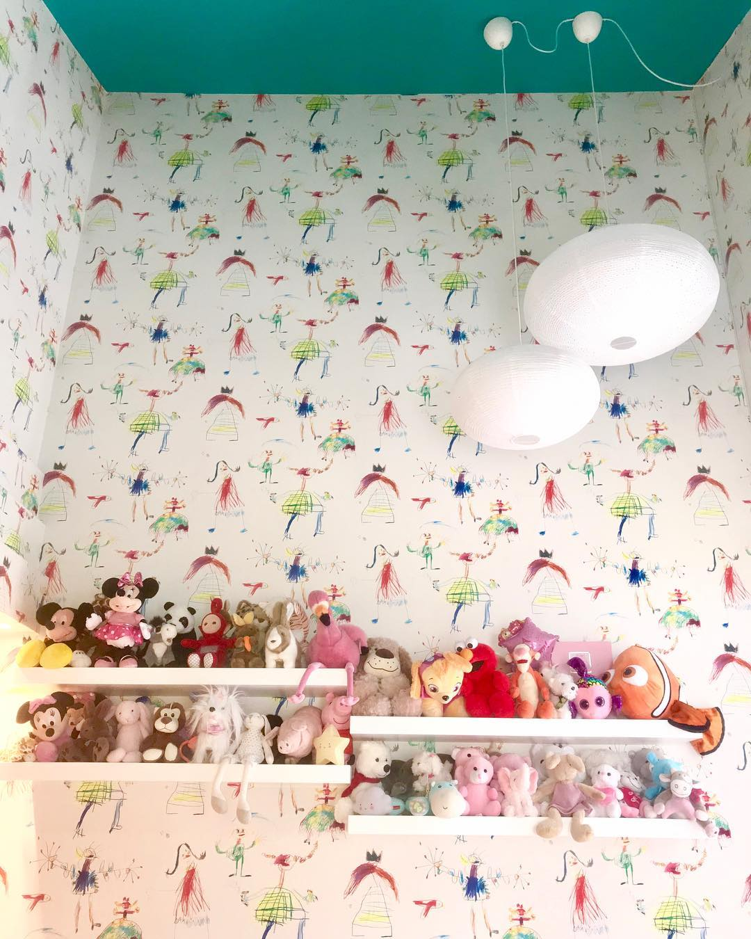 Ράφια με κουκλάκια στο παιδικό δωμάτιο της κόρης της Σίσσυς Φειδά
