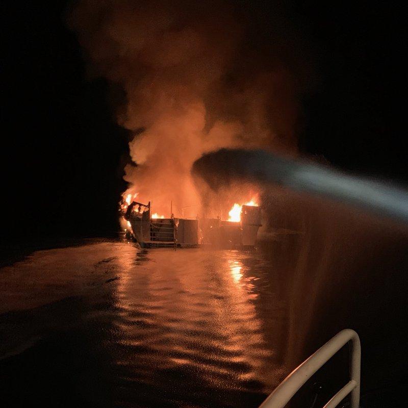 Φλεγόμενο σκάφος στην Καλιφόρνια