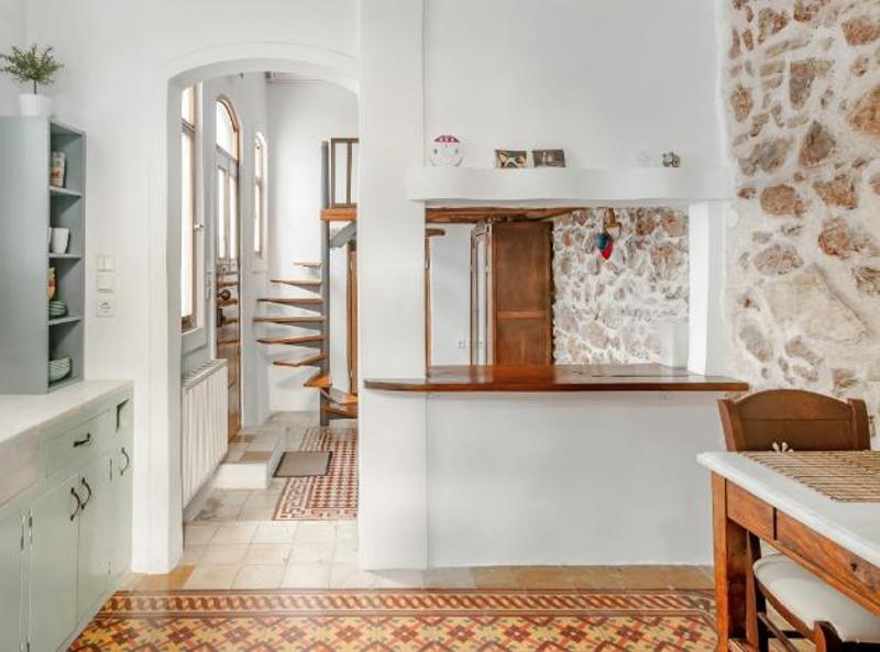 Κουζίνα και μια σκάλα στο βάθος