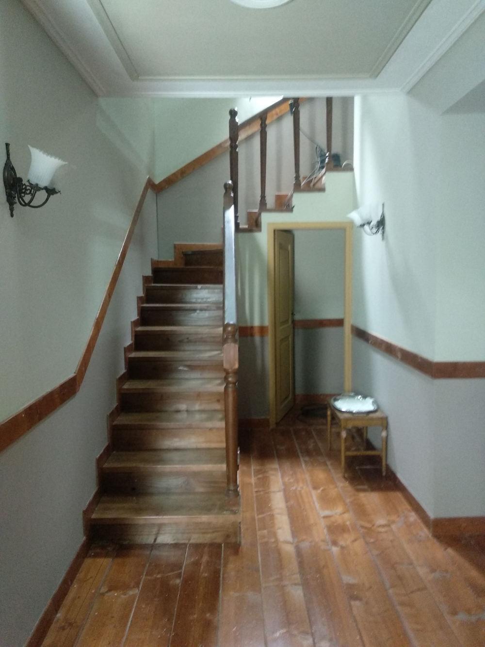 Οι σκάλες που οδηγούν στα επάνω δωμάτια του σπιτιού των Σεβαστών