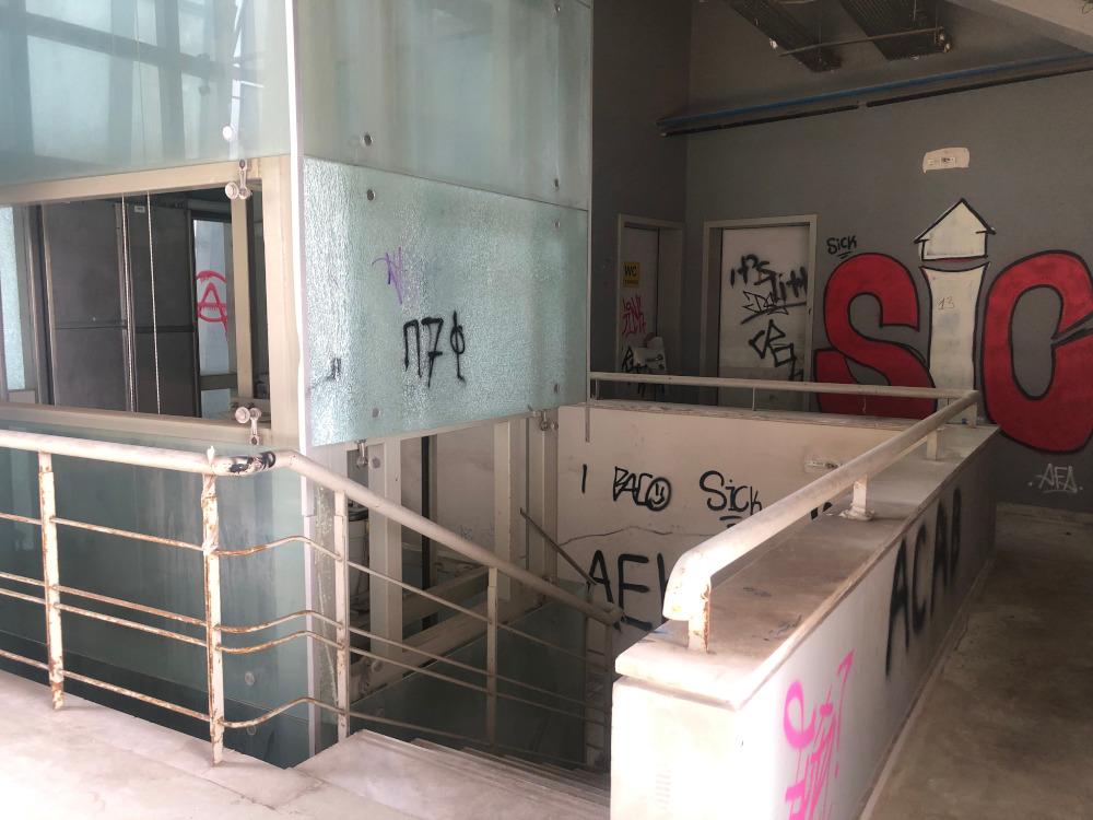 Διάδρομοι και ο ανελκυστήρας πριν μπεις στις εξέδρες