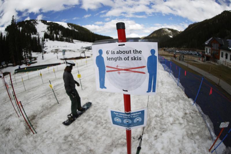 πινακίδα για social distancing σε χιονοδρομικό κέντρο