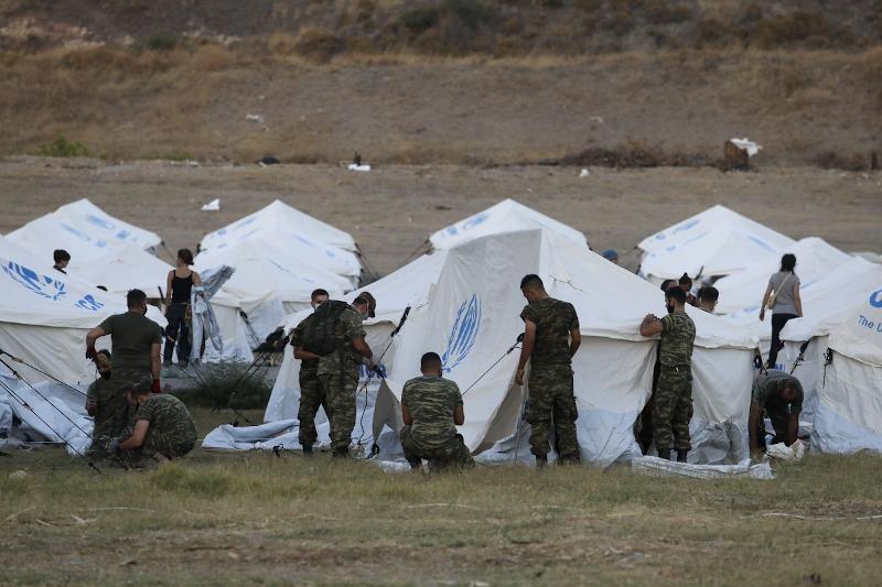 Στρατιώτες στήνουν σκηνές στο Καρά Τεπέ