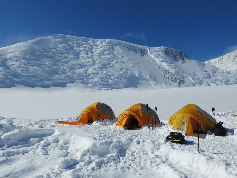 Σκηνές στο χιόνι πάνω στα βουνά