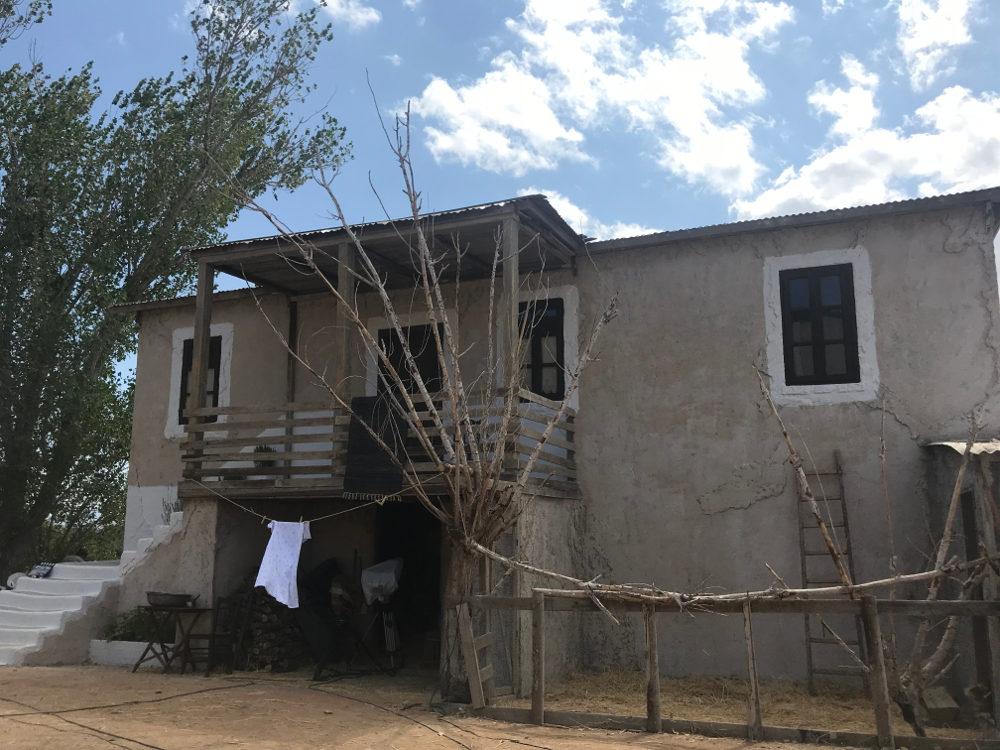 Εξωτερική άποψη από το σπίτι των τριών αδερφών γύρω από τις οποίες εκτυλίσσεται η υπόθεση της σειράς «Άγριες Μέλισσες»