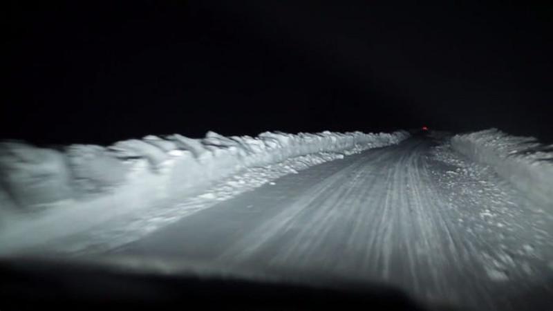 Σκοτάδι και χιόνι σε δρόμο της Αλάσκας
