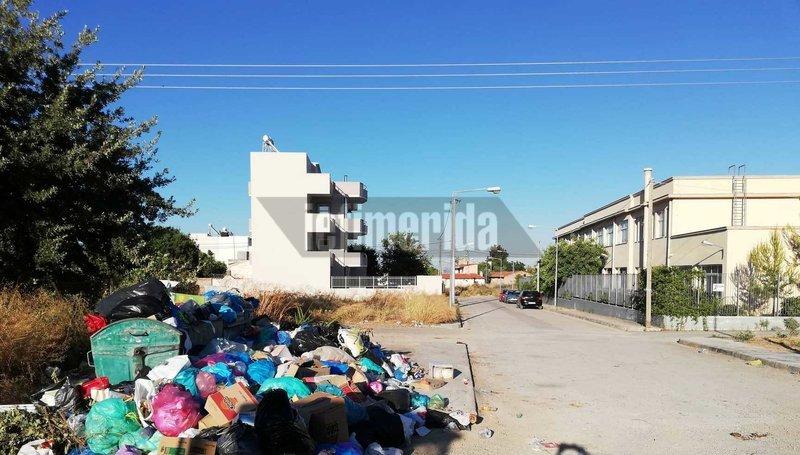Δεκάδες σακούλες με σκουπίδια πολύ κοντά στο 9ο Δημοτικό Σχολείο Μεγάρων