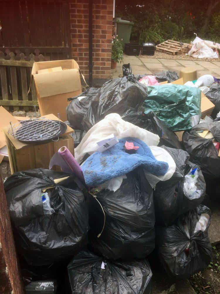 Κάποια από τους 27 τόνους σκουπιδιών που πέταξαν από το σπίτι της Σιλβί