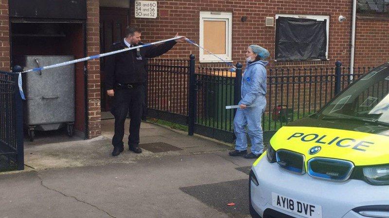 Αστυνομικοί έχουν αποκλείσει με κορδέλα το κτίριο όπου βρέθηκαν, σε καταψύκτη, οι δυο νεκρές γυναίκες