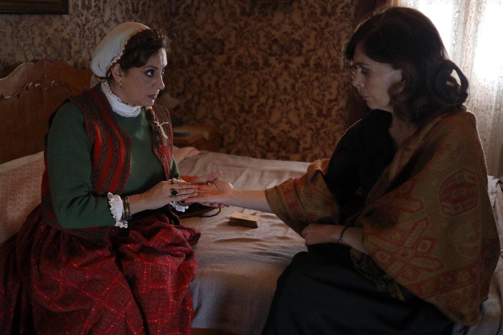 Η Σμαρώ πείθει τη Μυρσίνη να ανοίξει πάλι τον φόνο του Σέργιου στις «Άγριες Μέλισσες»