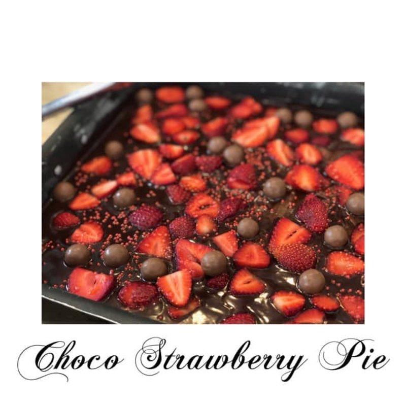 Σοκολατόπιτα με σoς πραλίνας, φράουλες και maltesers