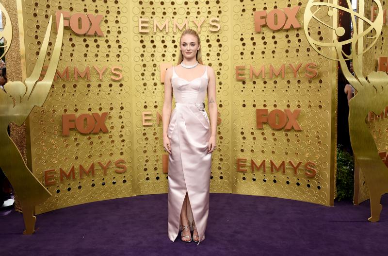 Η Σόφι Τέρνερ ποζάρει στα Emmys