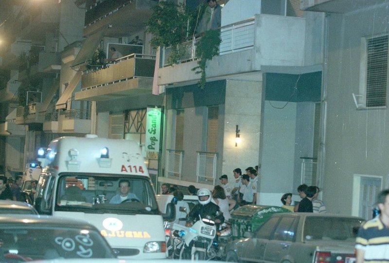 Αστυνομικοί και ασθενοφόρα στο διαμέρισμα της οδού Νιόβης στα Κάτω Πατήσια