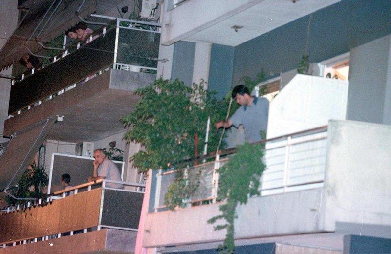 Γείτονες στα μπαλκόνια παρακολουθούν με κομμένη την ανάσα το θρίλερ που εξελίσσεται