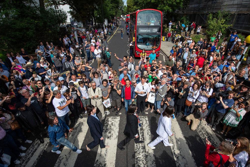 Σωσίες των Μπιτλς στη θρυλική διάβαση και πλήθος κόσμου ανήμερα της 50ης επετείου από το Abbey Road / Φωτογραφία: AP Photos