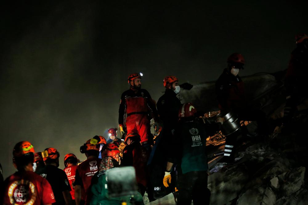 Διασώστες σε γκρεμισμένο κτίριο στη Σμύρνη