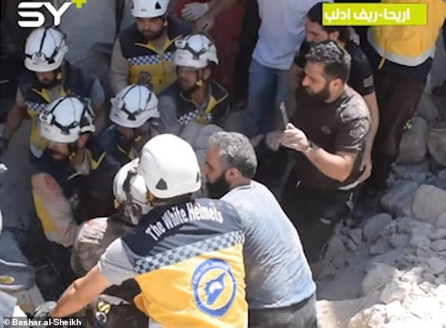 Τα σωστικά συνεργεία προσπαθούν να απεγκλωβίσουν τους πολίτες που βρίσκονταν στο κτίριο που δέχτηκε τους βομβαρδισμούς