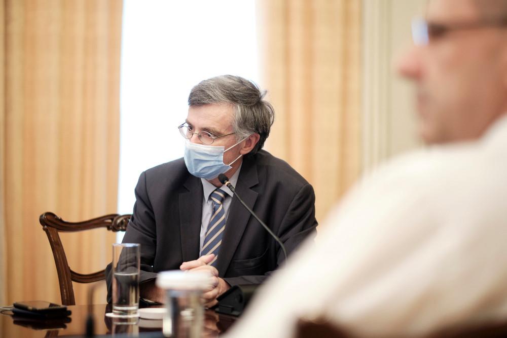 Ο Σωτήρης Τσιόδρας με μάσκα για τον κορωνοϊό σε σύσκεψη στου Μαξίμου