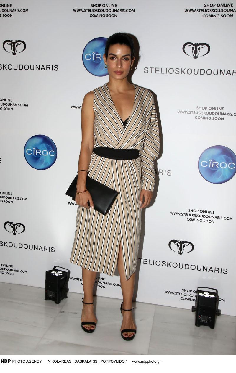 Η Τόνια Σωτηροπούλου με μπεζ φόρεμα