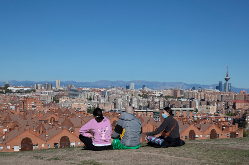Μία παρέα κάθεται με θέα τη Μαδρίτη