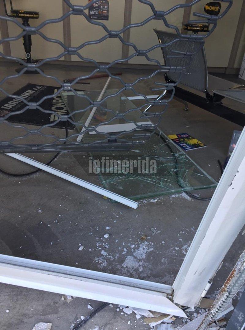 Σπασμένα Τζάμια και διαλυμένα κουφώματα στην πρόσοψη του καταστήματος όπου έπεσε το αυτοκίνητο