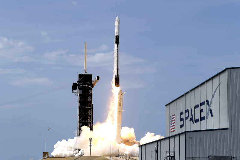 Εκτοξεύτηκε η επανδρωμένη αποστολή της SpaceX στο διάστημα
