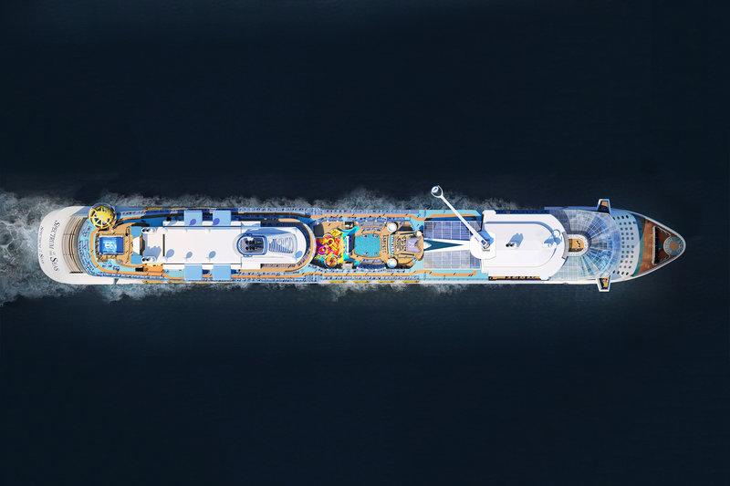 Εναέρια φωτογραφία από το κρουαζιερόπλοιο. Μεταξύ άλλων, εικονίζεται και η μεγάλη πισίνα στο άνω κατάστρωμα.