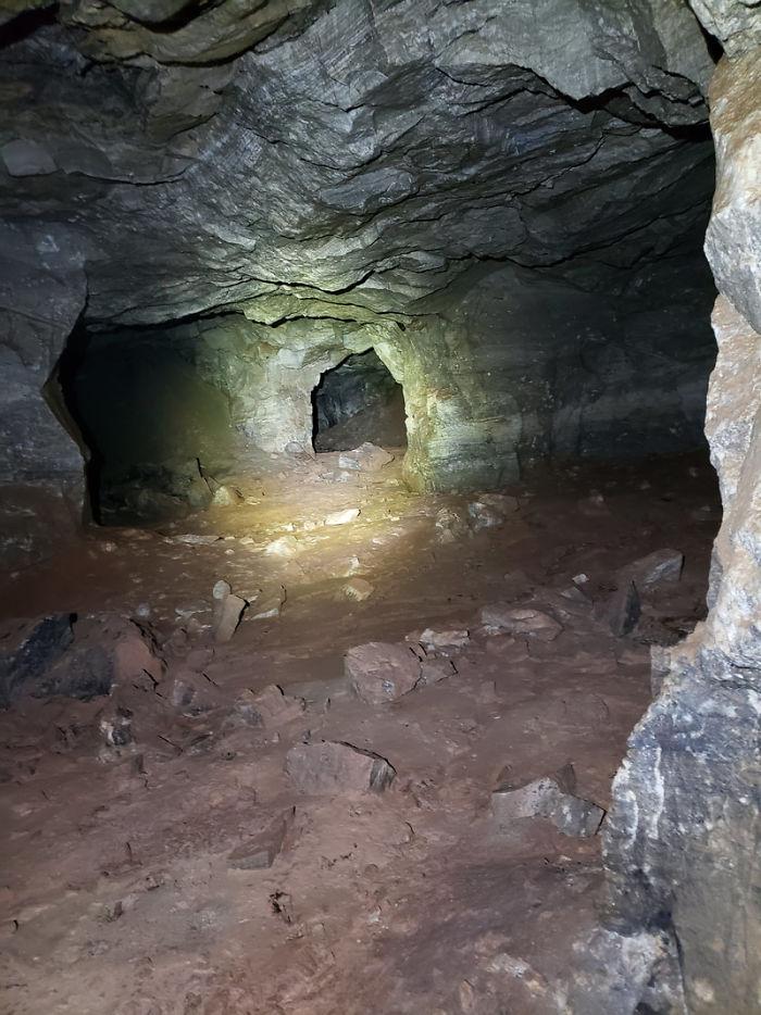 Οι πρώτες εικόνες από τα τούνελ του λατομείου που κρυβόταν κάτω από τον οικισμό στη Νότια Ντακότα