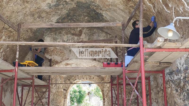 Μια γυναίκα και ένας άνδρας εργάζονται για την αποκατάσταση της Σπιναλόγκας
