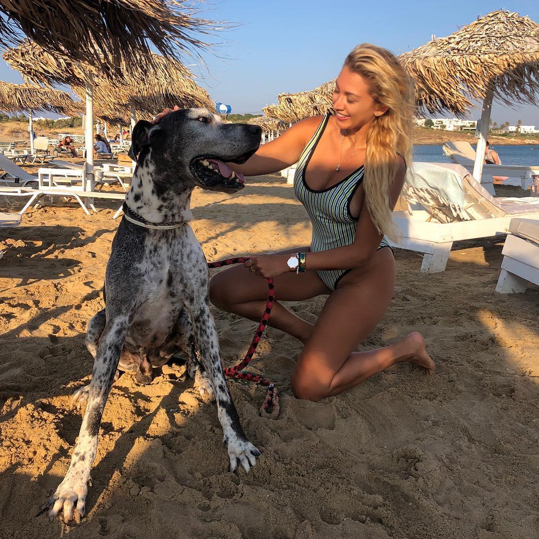 Κωνσταντίνα Σπυροπούλου σε παραλία της Πάρου με έναν σκύλο