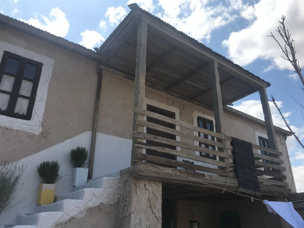 Η εξωτερική όψη του σπιτιού που θα διαδραματιστεί ο φόνος που θα συγκλονίσει το μικρό θεσσαλικό χωριό στη σειρά «Άγριες Μέλισσες»