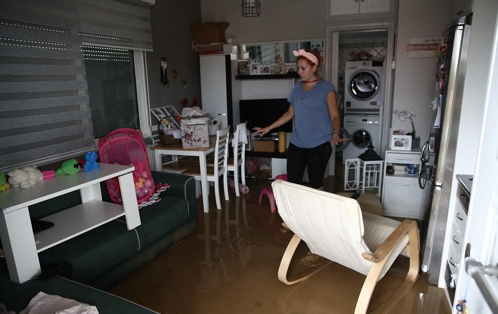 Γυναίκα σε πλημμυρισμένο δωμάτιο