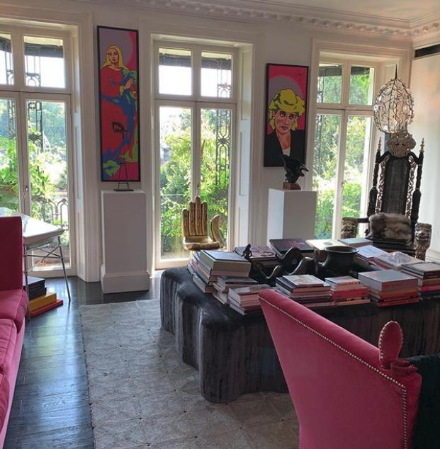 Το σαλόνι του σπιτιού στο Τσέλσι της Αμάντα Ελιάς με μια πολυθρόνα που θυμίζει βασιλικής ιδιοκτησίας και έναν πίνακα της πριγκίπισσας Νταϊάνα