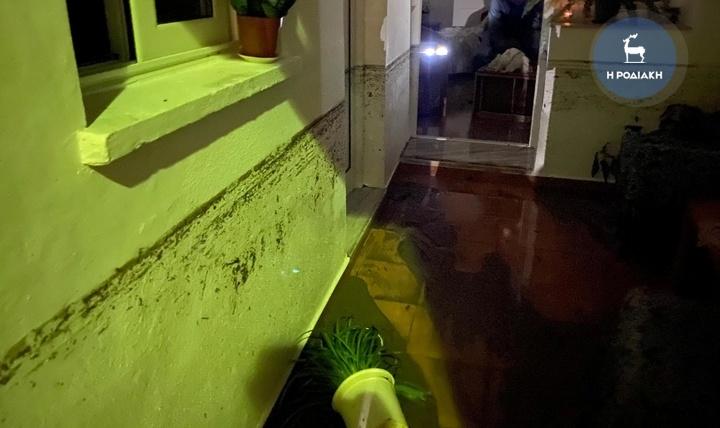 Σπίτι με νερά και λάσπη από πλημμύρα