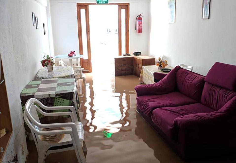 Νερά και λάσπη σε σαλόνι σπιτιού