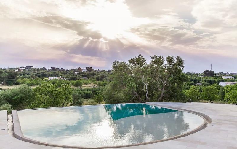 Η πισίνα με την απίστευτη θέα στην περιοχή