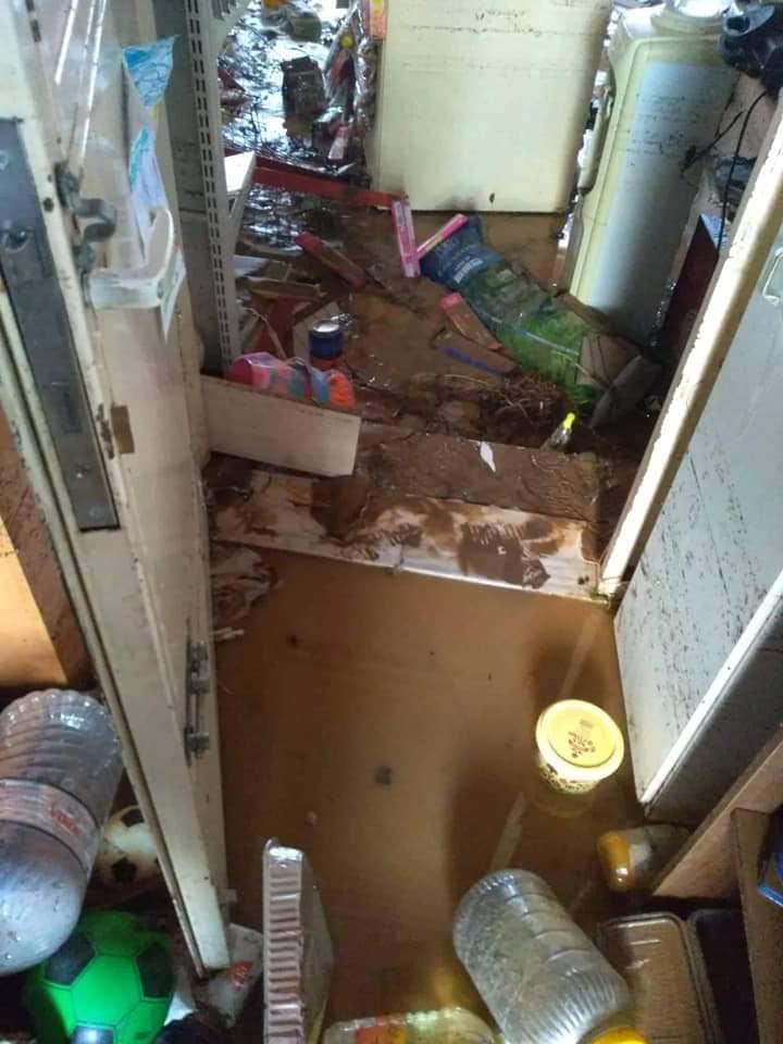 Λάσπες και χώματα στο εσωτερικό κατοικίας στην Κινέτα