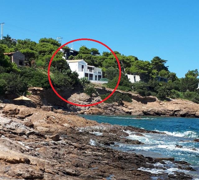 Την παραπάνω φωτογραφία ανέβασε στο Facebook κάτοικος της περιοχής υποστηρίζοντας ότι πρόκειται για το επίμαχο σπίτι που λέγεται ότι νοικιάζει ο Αλέξης Τσίπρας στο Σούνιο.