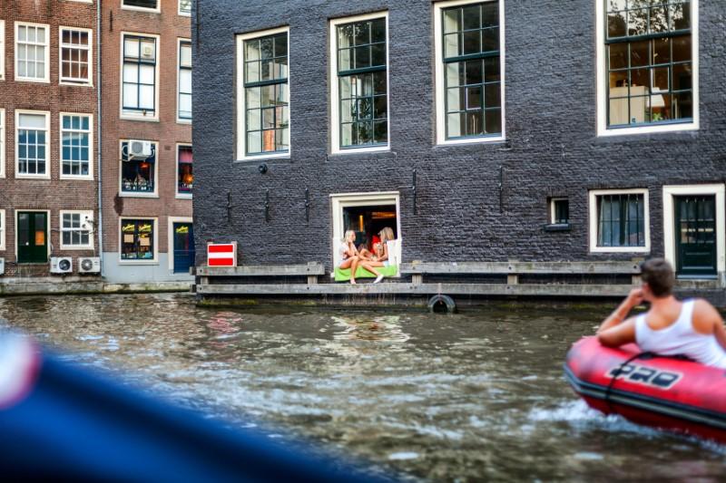 Τα παράθυρα στα σπίτια στην Ολλανδία είναι συνήθως μεγάλα και χωρίς κουρτίνες