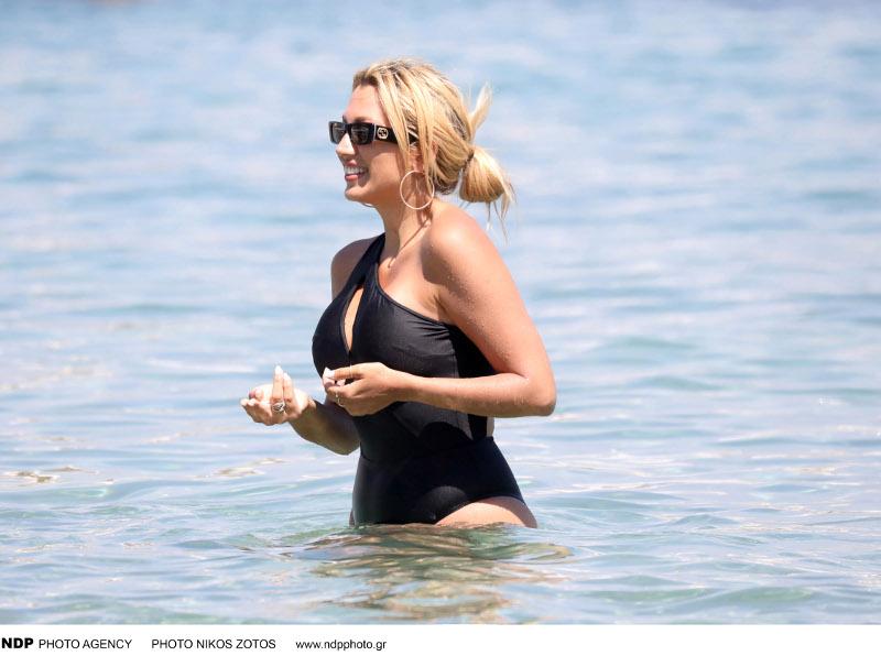 Η Κωνσταντίνα Σπυροπούλου χαλαρώνει στο νησί των ανέμων / Φωτογραφία: NDP