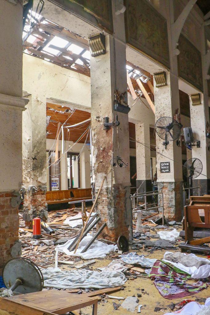 Συντρίμμια από το εσωτερικό ναού στη Σρι Λάνκα μετά τις εκρήξεις στη χώρα ανήμερα του Πάσχα