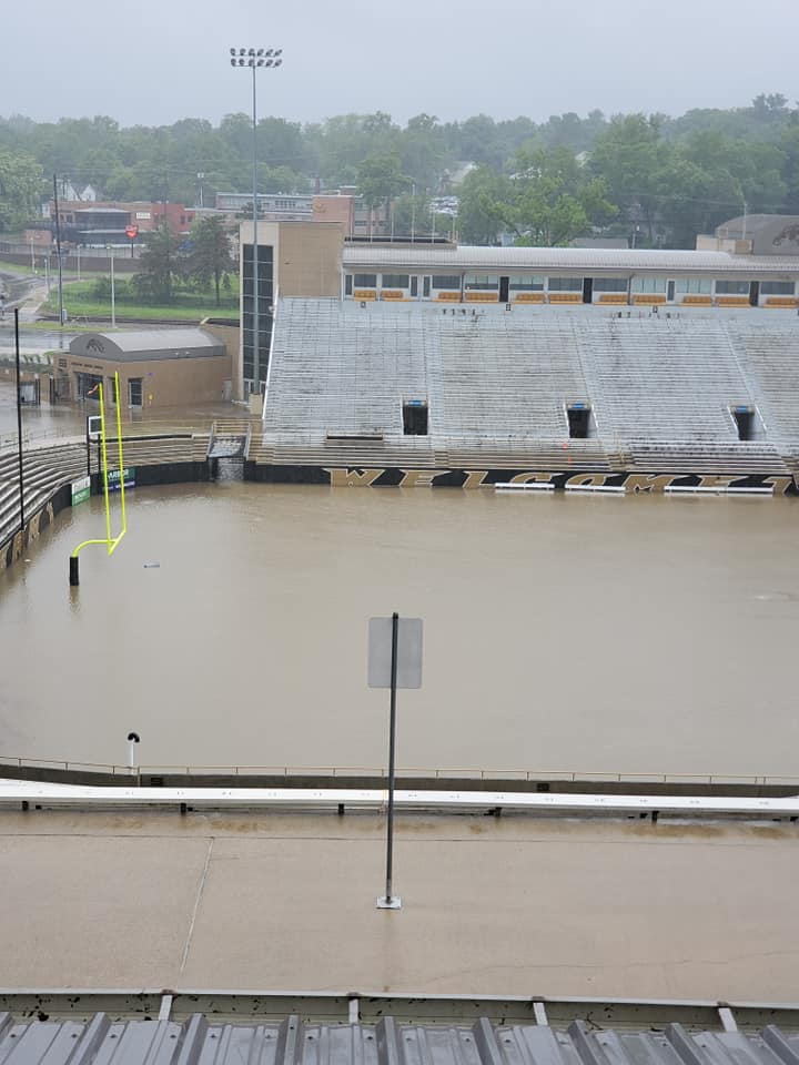 Εκτός από το στάδιο, πλημμύρισαν και τα γύρω πάρκινγκ και ένα γήπεδο μπέιζμπολ