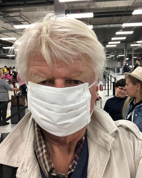 Ο Στάνλεϊ Τζόνσον με μάσκα στο αεροδρόμιο της Αθήνας