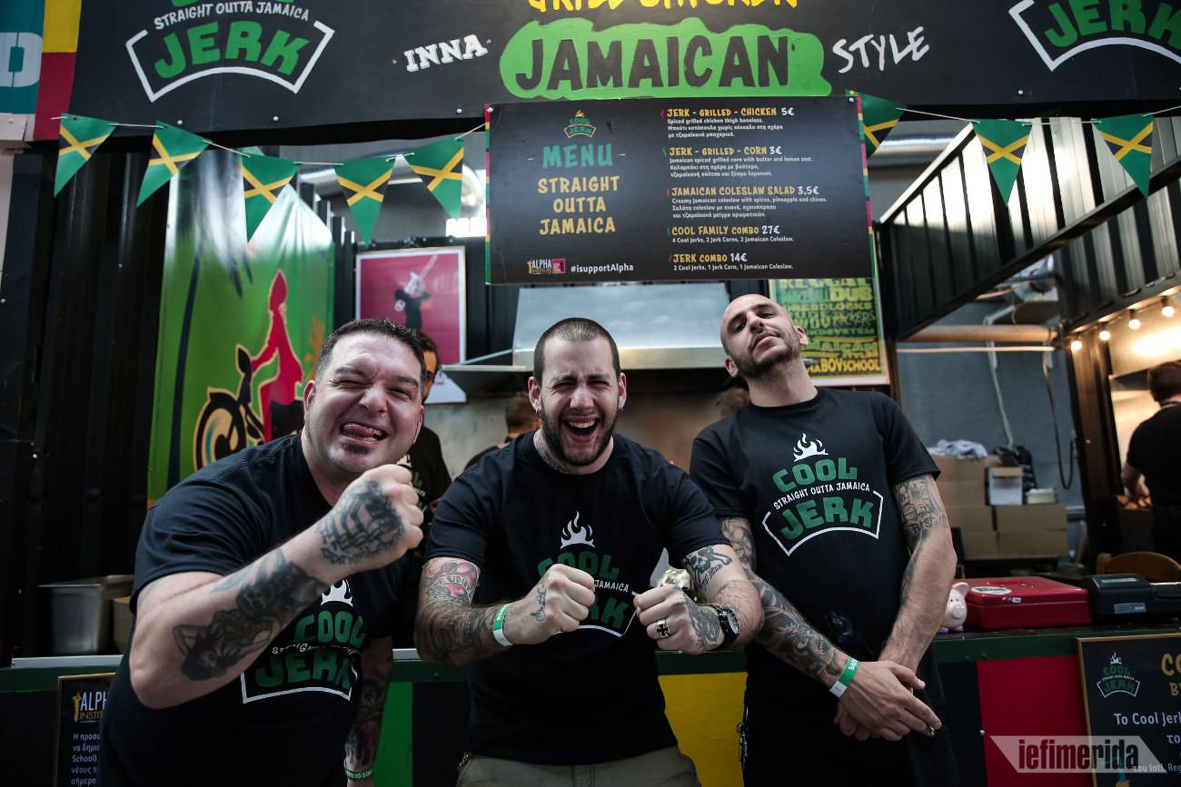 Ο σεφ Στάθης Χρηστίδης και οι συνεργάτες του σερβίρουν τζαμαϊκανό street food