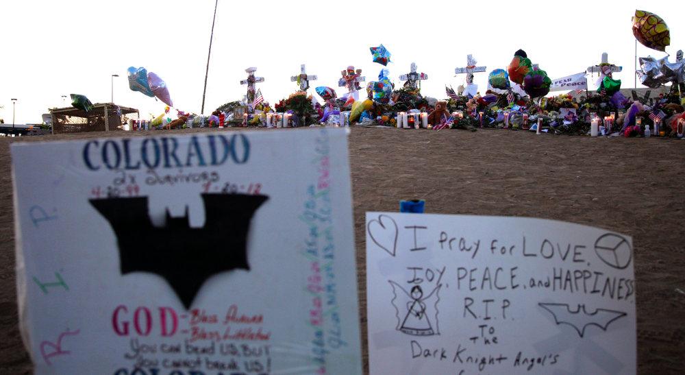 Συγγενείς και φίλοι αφήνουν γράμματα, λουλούδια και μπαλόνια στο σημείο όπου έχασαν τη ζωή τους 10 άνθρωποι από την ένοπλη επίθεση άνδρα στην Ορόρα του Κολοράντο το 2012