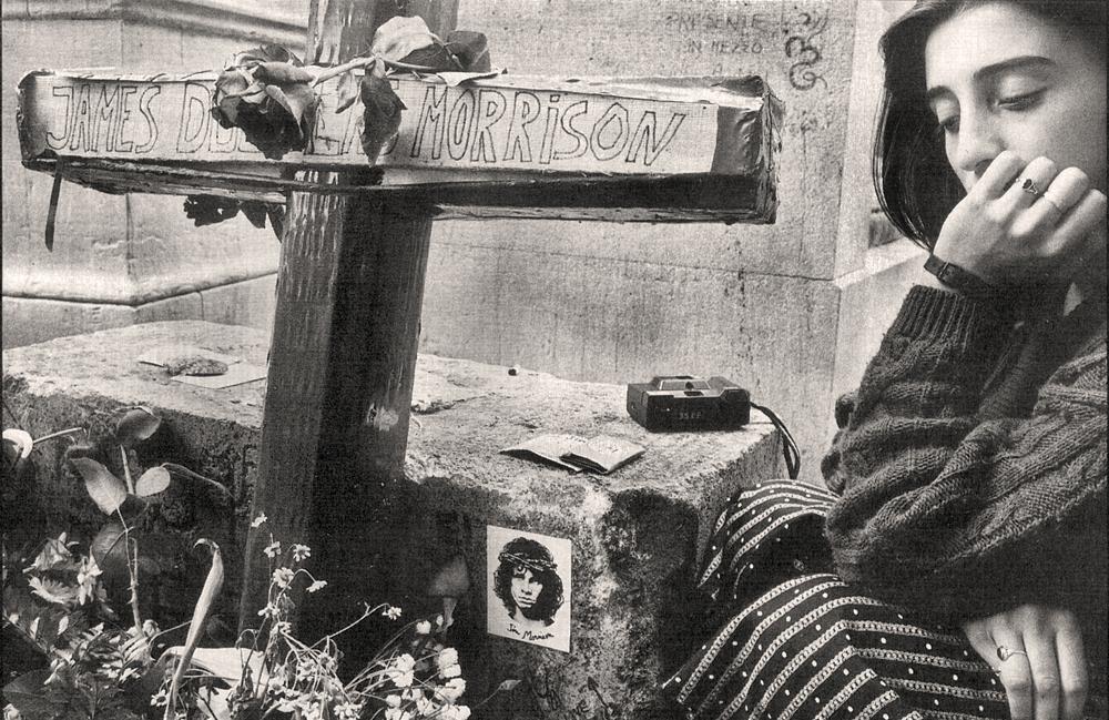 Νεαρή κάθεται στον τάφο του Τζιμ Μόρισον